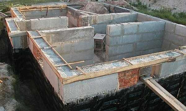 При сборке блоков не забудьте оставить отверстия под инженерные системы: ломать фундамент недопустимо