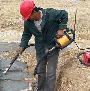 Чтобы бетон стал более однородным и приобрел дополнительно морозостойкость, обработайте его вибратором