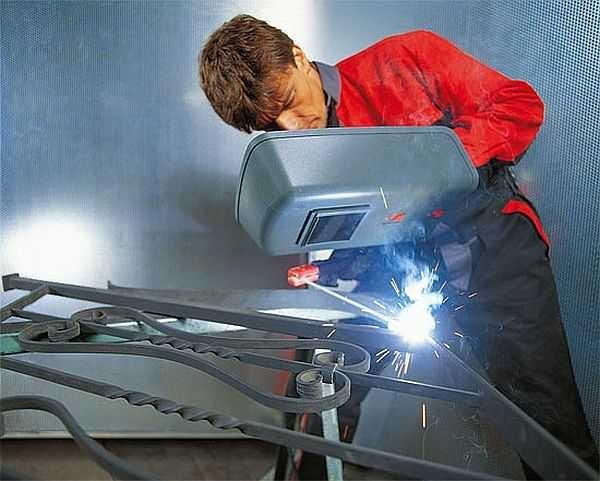 Сварочный аппарат для ручной электродуговой сварки позволяет варить почти все металлы, кроме цветных