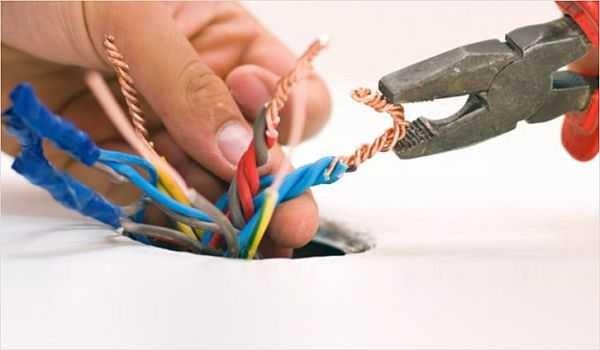 Правила монтажа электропроводки в частном оме запрещают делать скрутки в стенах (замуровывать их). Если и могут они быть, то только в монтажных коробках, где их состоянии можно проверить