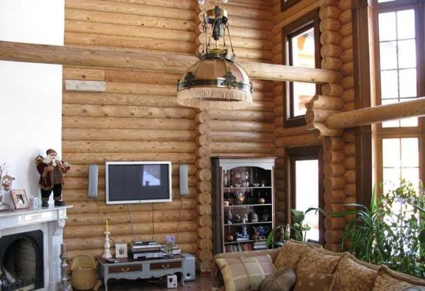 Этот интерьер деревянного дома из бревна сочетает современность и классику, внутри уютно и комфортно