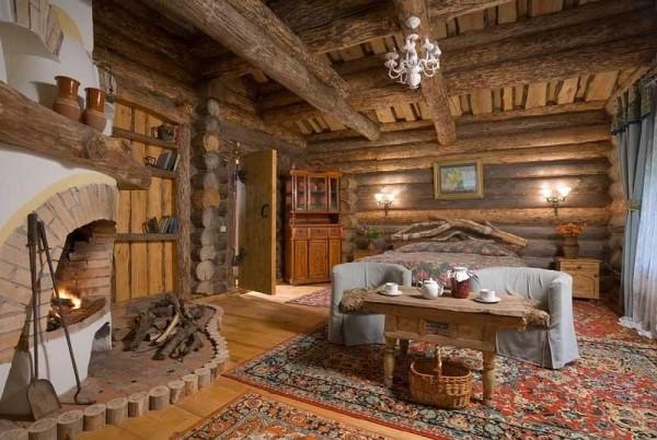 """Отделка сруба из бревна внутри этого дома почти и не нужна. На фото - рубленый дом в """"деревенском стиле"""""""