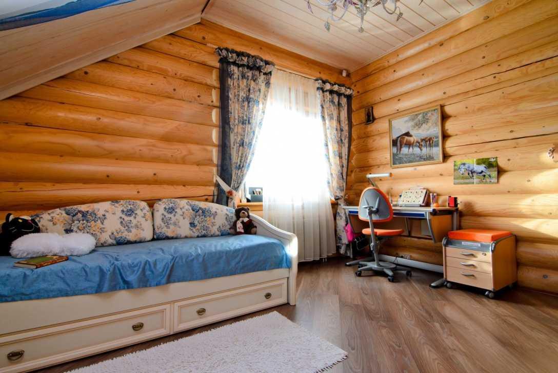 Дизайн комнаты в доме из оцилиндрованного бревна