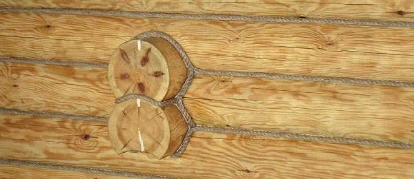 Некрасивые швы от конопатки можно заделать шнуром - смотрится привлекательно, да еще и от сквозняков