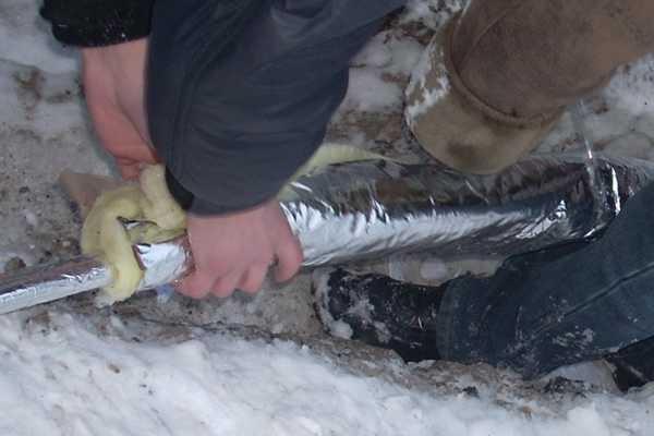Чтобы не пришлось водопровод на улице утеплять в морозы, Сделать это лучше заранее