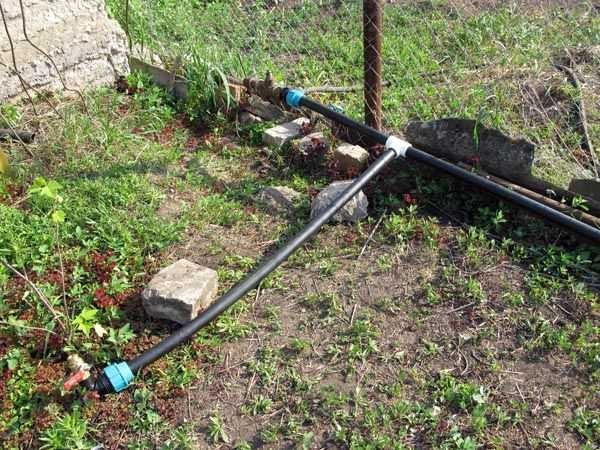 Поверхностная разводка водопровода для полива на даче своими руками делается быстро, но лежащие на поверхности трубы можно повредить