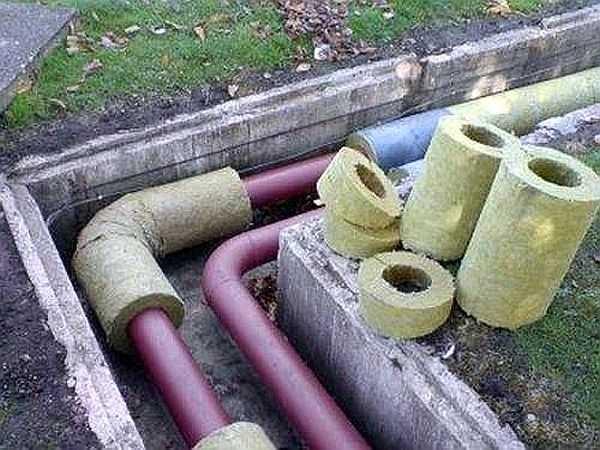 Пример укладки труб выше глубины промерзания в подготовленной канаве. Утепление водопровода проводится специальным утеплителем, с подходящим внутренним диаметром