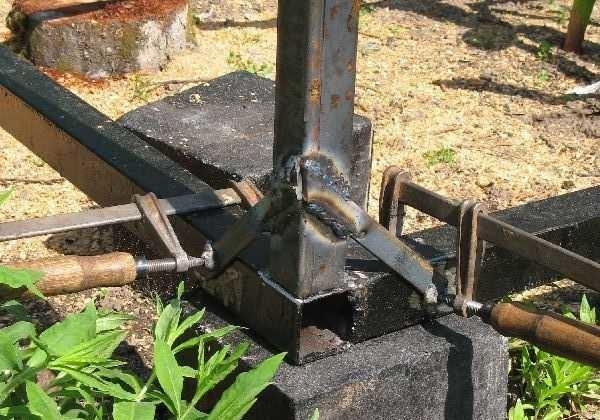 Способ крепления вертикальных стоек монтажными укосинами