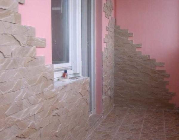 Как обшить без остекления: комбинация оштукатуренной окрашенной поверхности и декоративного камня