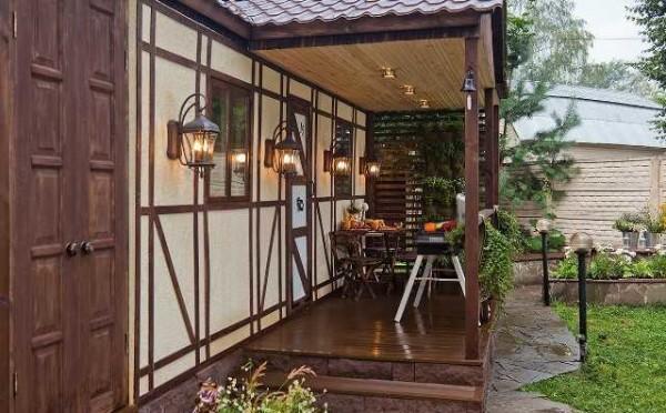 Светильники, подобранные в одном стиле с оформлением дома украшают его не только ночью
