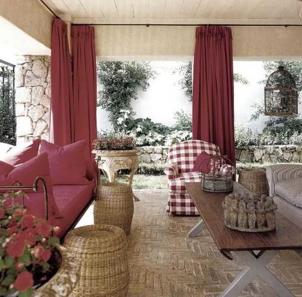 Открытая веранда оформлена шторами, но они спрятаны за колоннами