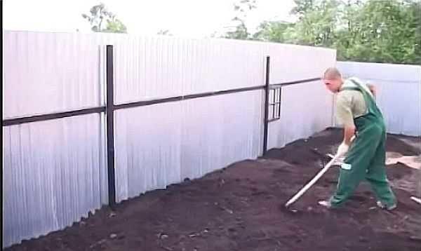 Подготовка почвы для газона - разравниваем граблями