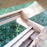 Для удобства крепежа стропильных ног по краю балок пола был прибит брусок 5050 мм. В стропилах под него был сделан запил. При монтаже они сначала просто упирались в брусок, затем крепились