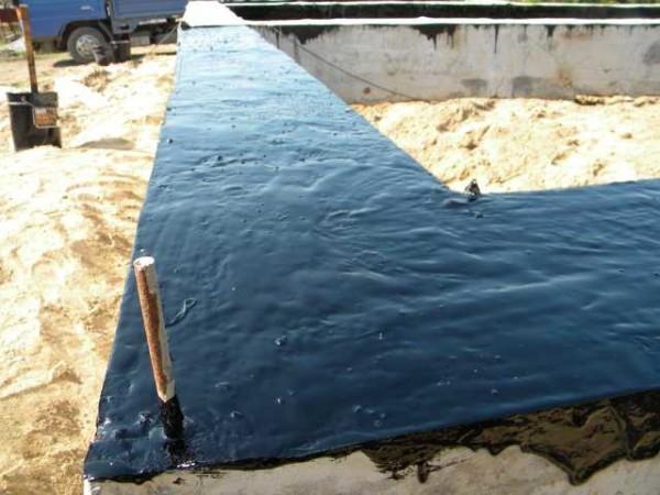 Первый слой - жидкая гидроизоляция, Пока она не высохла, можно на нее приклеить слой рулонной
