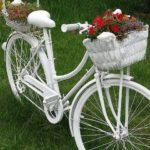 Велосипед не подлежит ремонту - покрасьте его и посадите цветы. Такая дачная клумба мало у кого есть (главное, чтобы не сдали в утиль)