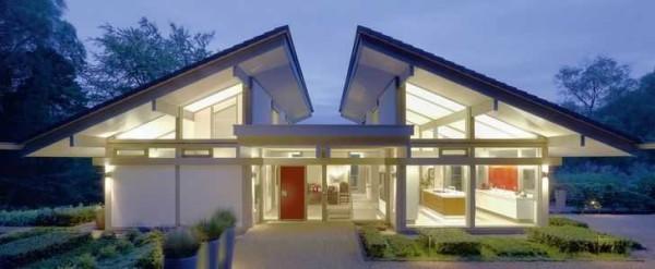 Нестандартное решение: две односкатные крыши образуют террасу между ними
