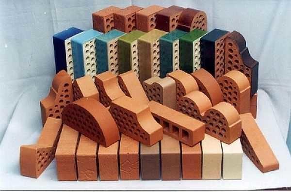 Высокая прочность клинкерного кирпича позволяет создавать при облицовке нелинейные декоративные элементы