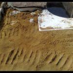 Сверху насыпали немного песка, и началась укладка камня