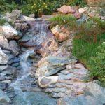 Обложив берег камнями, избежите вымывания почвы