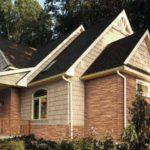 Этот дом оббит фасадным сайдингом из двух разных коллекций