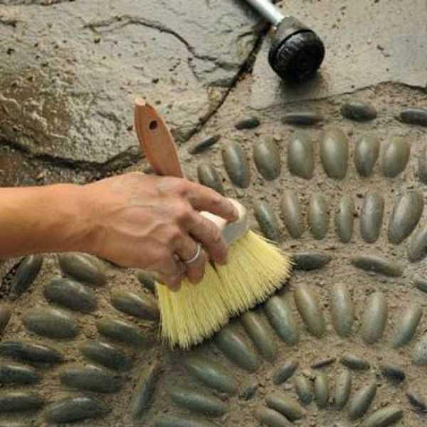 Излишки бетонного расвора удаляются кистью