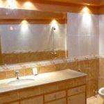 Пучки света в нужных местах - и оформление ванной комнаты становится необычным