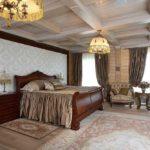 Спальня деревянного загородного дома оформленная в классическом стиле