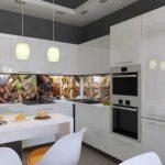 Светлая мебель и стены оттенены ярким фартуком
