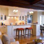 Еще один вариант того, как разделить кухню и гостиную - сделать разной освещение
