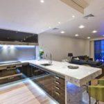 """На фото кухня-студия, дизайн интерьера в стиле """"минимализм"""""""