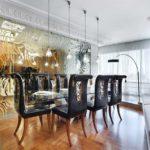 Стеклянная перегородка с золотым рисунком - шикарная идея для просторной совмещенной кухни-гостиной