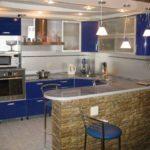 Фото реального интерьера в квартире. Площадь небольшая, всего 17 квадратов, совмещенные кухня и гостиная разделены прилавком