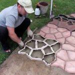 Так мостят дорожку на даче или возле дома с использованием готовых форм, в которые заливается бетонный раствор