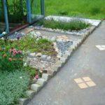 Простую бетонную ленту можно украсить по своему вкусу