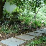 Еще один вариант укладки самодельных бетонных плит в садовую дорожку