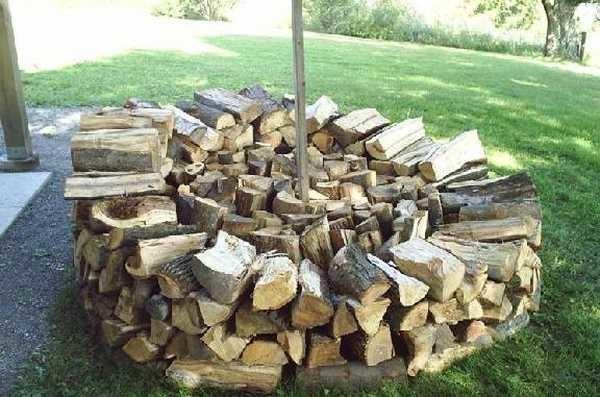 Продолжаем укладывать дрова по кругу и заполнять середину