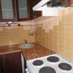 Стена в рабочей зоне кухни отделана длинной плиткой
