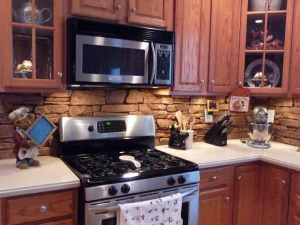 Фартук на кухню из камня. Смотрится в некоторых интерьерах отлично....но убирать тяжело