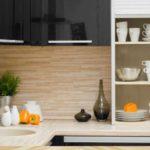 Вариант оформления рабочей стены на кухне плитами МДФ