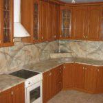 Столешница и фартук для кухни имеют одинаковую окраску