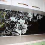 Цветочные мотивы - одни из самых популярных в оформлении кухни. Они смягчают вынужденную строгость линий мебели