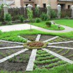 Четкие посадки и дорожки - основа любого декоративного огорода