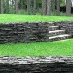 Оформление подпорной стенки рваным камнем