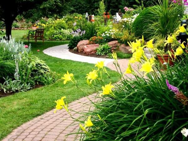 Клумбы, цветники, бордюры, рокарии, горки и садовые дорожки - вот что еще можно использовать для украшения участка