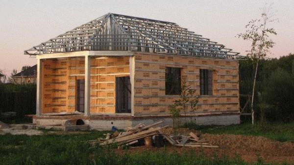 Каркас для дома из металла собран, частично начаты работы по утеплению стен