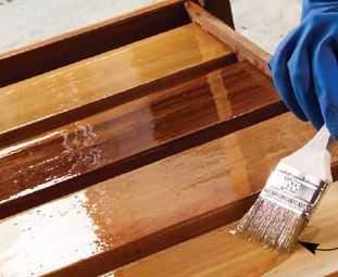 Нанесение лака кистью при восстановлении полировки мебели