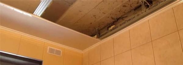 Установка первой полосы пластиковых панелей на потолок