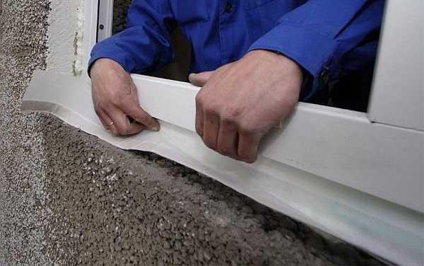 Установка гидроизоляционной ленты под отлив пластикового окна