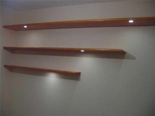 Самая простая по дизайну полка дна стену для книг (использовано потайное крепление)