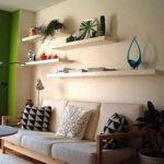 Свободное место над диваном органично заполняется полками в тон стен